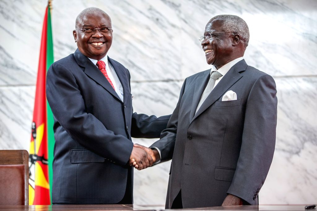 Mozambican President Armando Guebuza (L) shakes hands with Afonso Dhlakama, leader of the former rebel movement Renamo, in Maputo, Mozambique, Sept. 5, 2014. ...