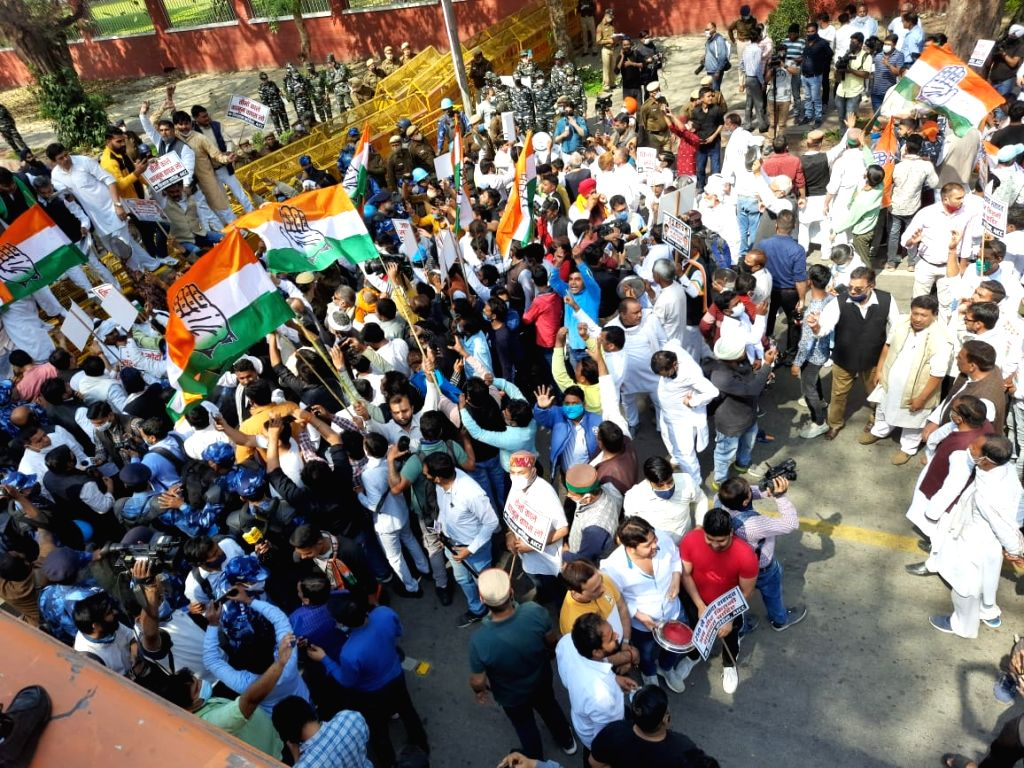 Marking 3 months of farmers protest at Delhi borders, Kisan Congress protest outside Agri Min residence.