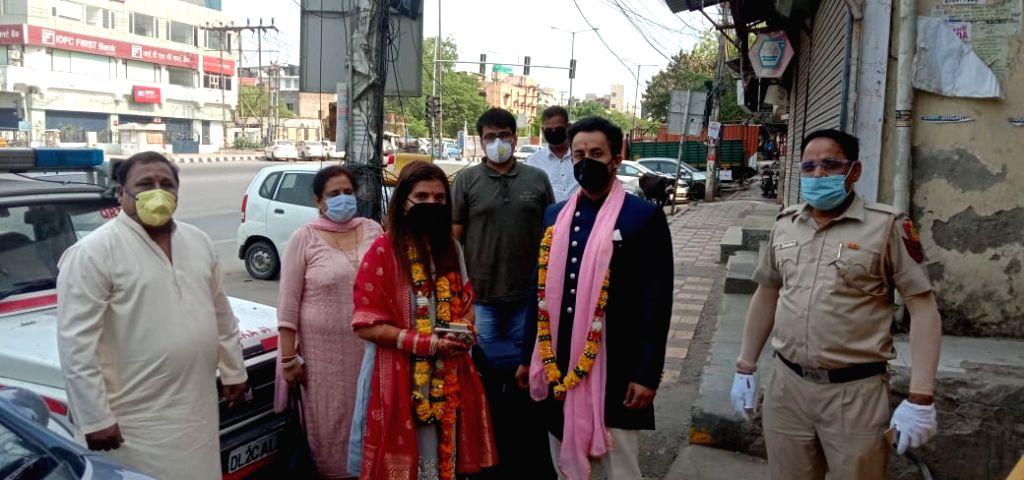 Marriage in lockdown, 'Bidaai' in police gypsy.
