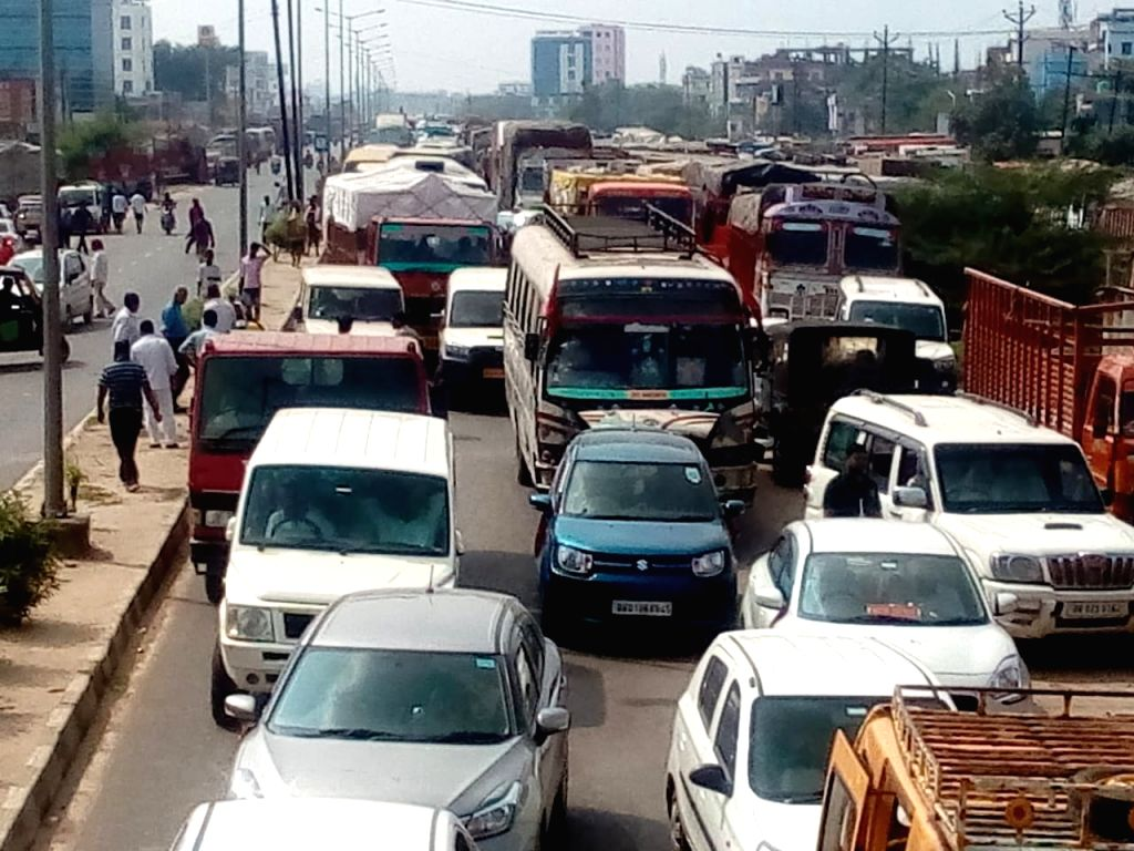 Massive traffic jam after people took to the streets to protest against the accumulation of water on Bypass Road near Krishna Niketan, in Patna on Oct 9, 2019.