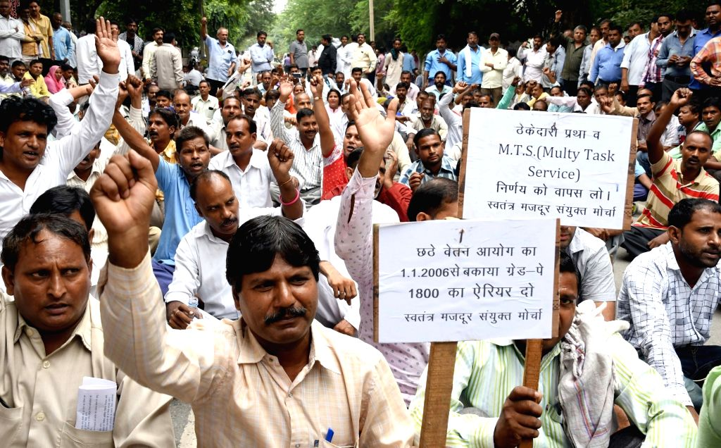 MCD Employees stage a demonstration demanding implementation of 7th pay Commission recommendations near LG house in New Delhi on Oct 5, 2016.