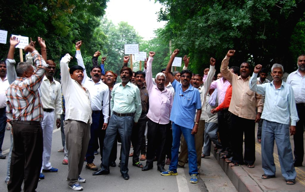 MCD workers stage a demonstration outside Raj Niwas in New Delhi, on Oct 5, 2016.