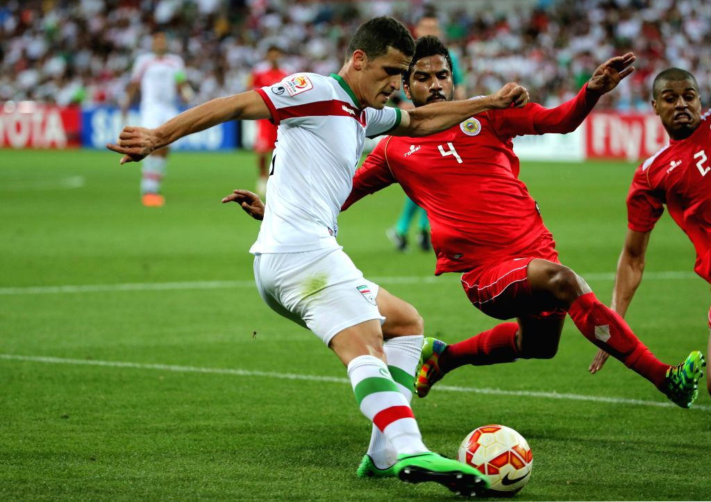 Sayed Dhiya Shubbar (2nd R) of Bahrain vies for the ball during a Group C match against Iran at the AFC Asian Cup in Melbourne, Australia, Jan. 11, 2015. Iran won