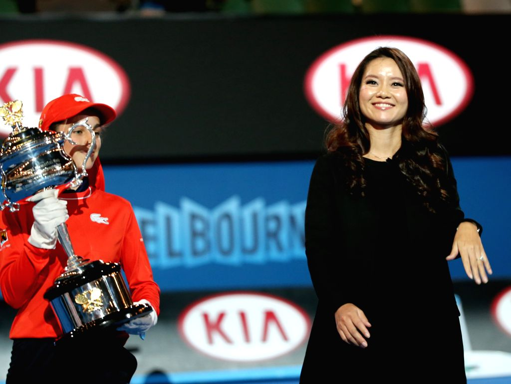 2014 Australian Open tennis champion Li Na (R) of China attends her farewell ceremony at Rod Laver Arena on the first day of 2015 Australian Open tournament in ...