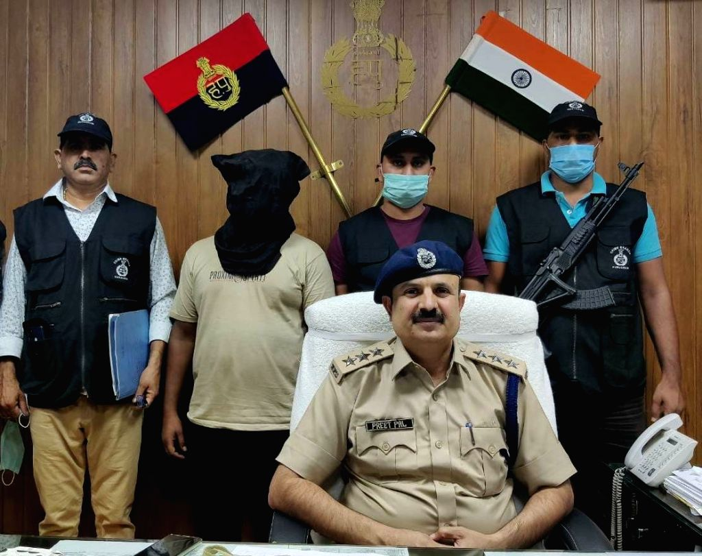 Member of inter-state gang nabbed for stealing e-rickshaws.