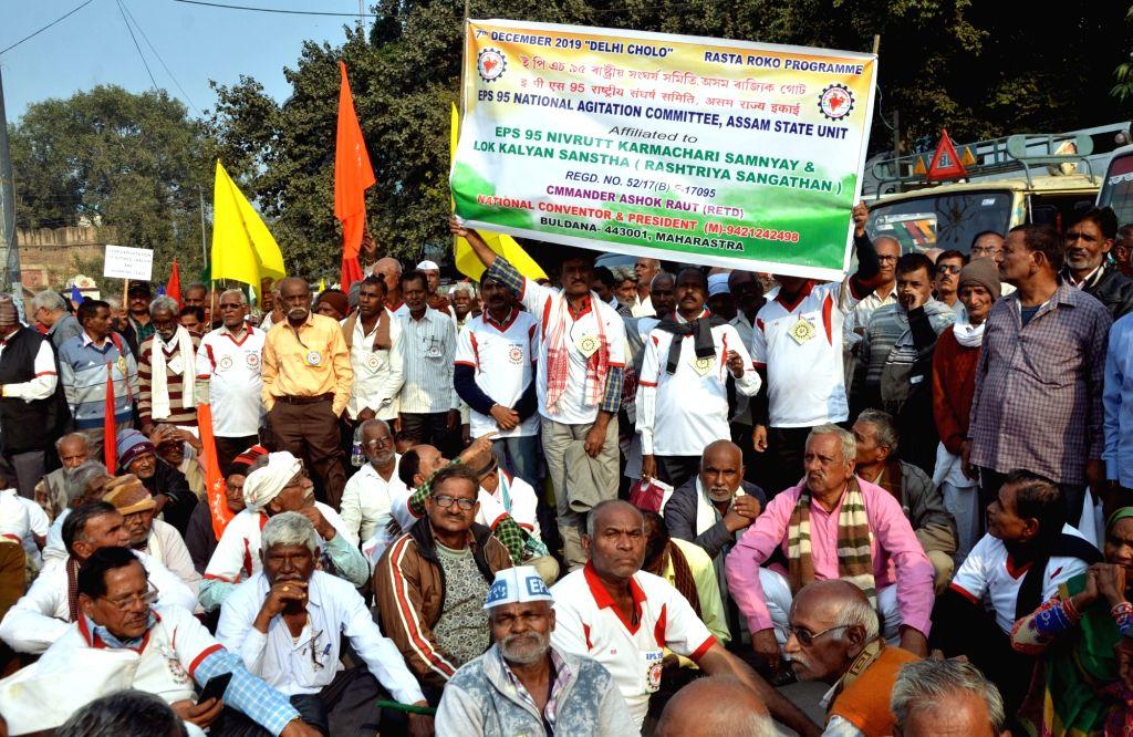 Members of All-India EPS-95 Pensioners' Sangharsh Samiti stage a demonstration demanding hike in minimum EPS pension during 'Rasta Roko' protest in New Delhi on Dec 7, 2019.