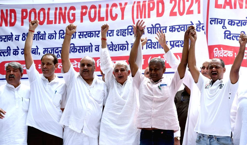 Members of Federation of Housing Societies & Development in Delhi stags a demonstration demanding implementation of Land pooling policy at Jantar Mantar in New Delhi on Sept 30, 2016.