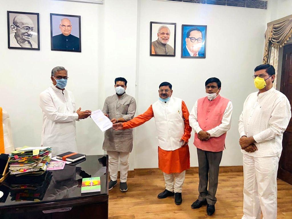 Members of Pilot Baba Ashram hand over donation fund amount to Uttarakhand CM.