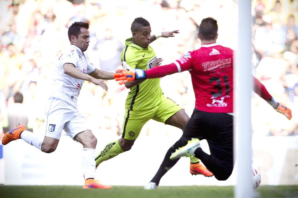 America's Michael Arroyo (C) vies the ball with Queretaro's George Corral (L) and goalkeeper Tiago Volpi during the match corresponding to the Day 14 of the ...