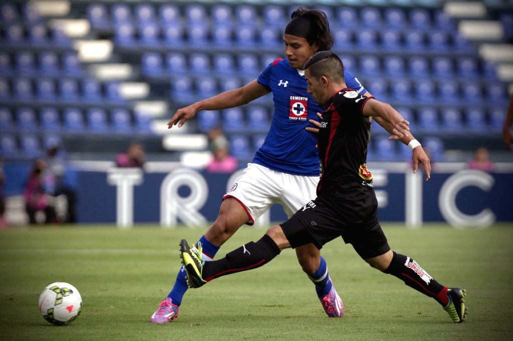 Gerardo Flores (L), of Mexico's Cruz Azul, vies for the ball with Alvaro Sanchez (R), of Costa Rica's Alajuelense, during a match of groups first phase of ...