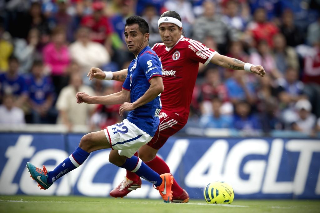 Cruz Azul's Rafael Baca (L) vies for the ball with Dayro Moreno (R) of Xolos during the match of 2015 Closing Tournament of MX League, in the Azul Stadium, in ...
