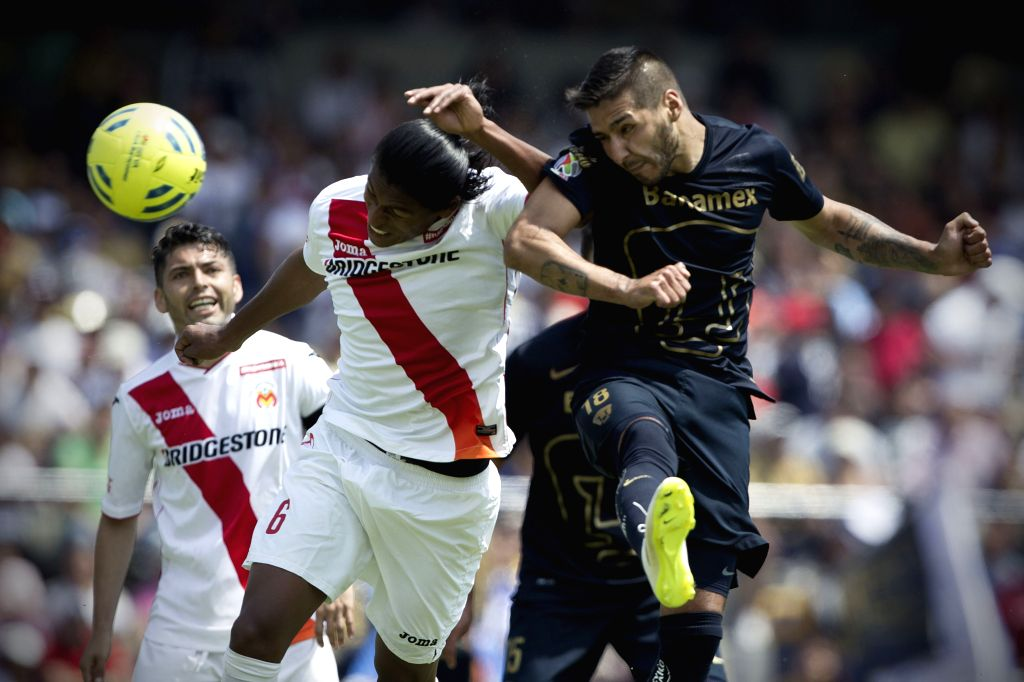 UNAM's Pumas Ismael Sosa (R) vies for the ball with Morelia's Joel Huiqui (2nd L) during the match of the 2015 Closing Tournament of MX League in the Olympic ...
