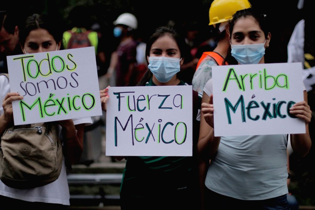 MEXICO CITY, Sept. 21, 2017 - Volunteers hold banners with supporting messages after an earthquake in Mexico City, capital of Mexico, on Sept. 20, 2017. Elements from the civil protection corps, Red ...