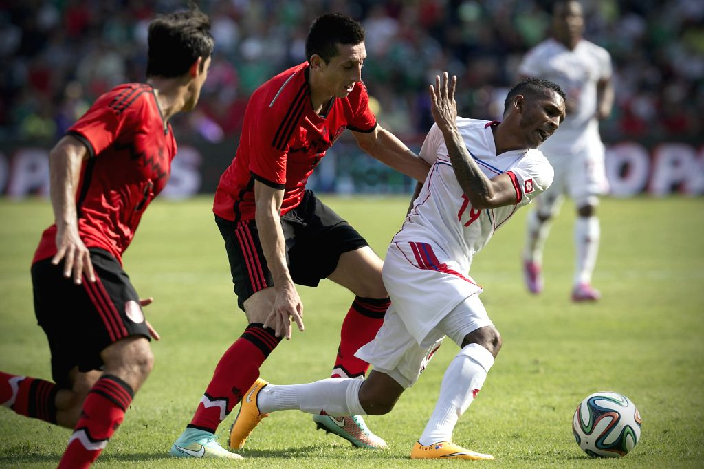 : Mexico's Hector Herrera (C) vies with Panama's Alberto Quintero (R) during an international friendly soccer match held at Corregidora stadium, in ...