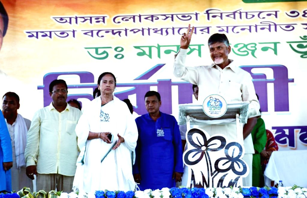 Midnapore: West Bengal Chief Minister Mamata Banerjee accompanied by Andhra Pradesh Chief Minister N. Chandrababu Naidu addresses a public rally in West Bengal's West Midnapore, on May 9, 2019. (Photo: Indrajit Roy/IANS) - Mamata Banerjee, N. Chandrababu Naidu and Indrajit Roy