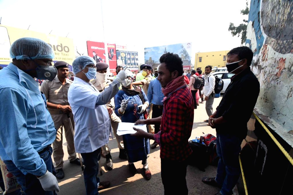 Migrant workers from Mumbai and Pune who returned to Patna after COVID-19 pandemic brought daily businesses at a halt, being screened for COVID-19 during nationwide shutdown - Janata Curfew - ...