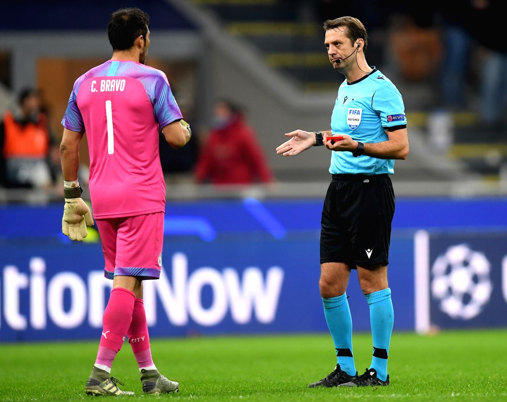 MILAN, Nov. 7, 2019 (Xinhua) -- Manchester City's goalkeeper Claudio Bravo (L) speaks with the referee after he is sent off during the UEFA Champions League Group C football match between Atalanta and Manchester City in Milan, Italy, Nov. 6, 2019. (P