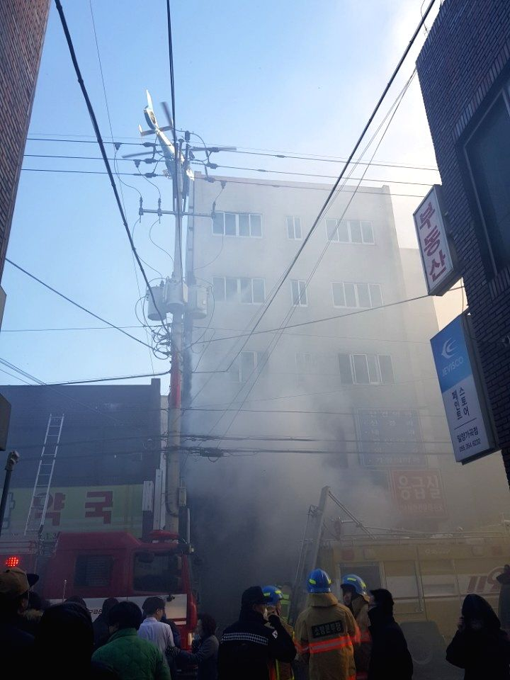 MILYANG, Jan. 26, 2018 - South Korean firemen extinguish a fire in South Korea's southeastern Milyang city, Jan. 26, 2018. The death toll from a hospital fire, which occurred in South Korea's ...