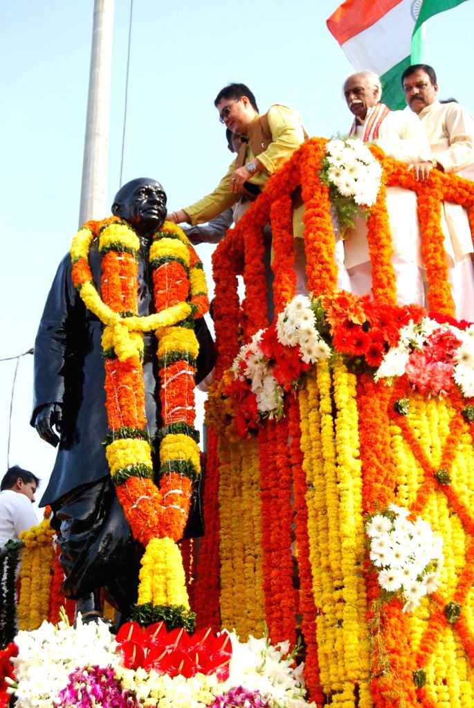 Minister of State for Home Affairs, Kiren Rijiju garlands the statue of Sardar Vallabhbhai Patel on the occasion of Rashtriya Ekta Diwas, in Hyderabad on Oct 31, 2015. Also seen the ... - Sardar Vallabhbhai Patel
