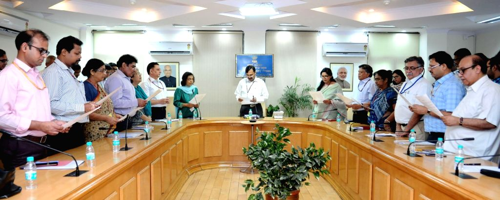 "Ministry of Information and Broadcasting (I&B) Secretary N.K. Sinha administers the ""Swachhta Hi Sewa"" pledge to the officials of Ministry of I&B in New Delhi on Sept 18, 2017. - K. Sinha"
