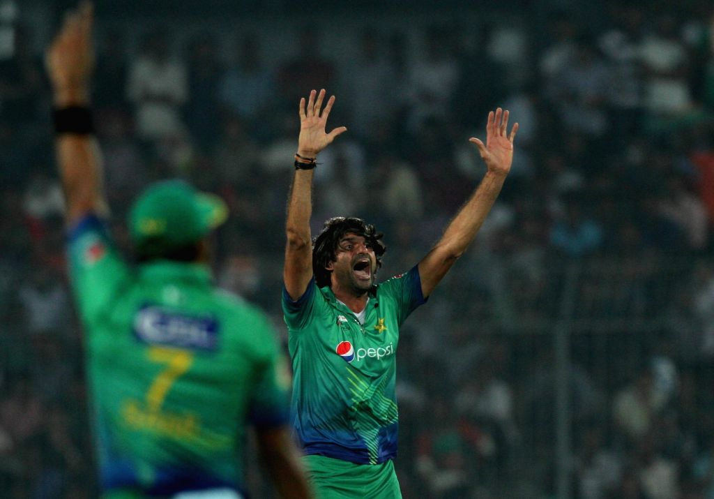 Mirpur: Pakistan bowler Mohammad Irfan celebrates fall of a wicket during the eighth match of AsiaCup 2016 between Bangladesh and Pakistan in Mirpur of Bangladesh on March 2, 2016. (Photo: Surjeet Yadav/IANS) - Mohammad Irfan and Surjeet Yadav