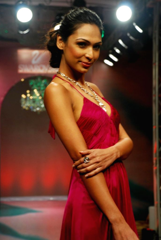 Model Deepti Gujral on the ramp for 'Mai Mumbai' Show at Lakme fashion week 2009. - Deepti Gujral