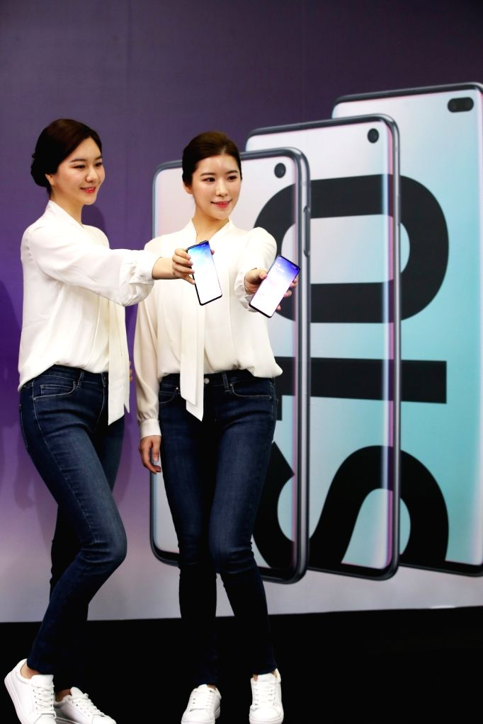 Models of local mobile carrier SK Telecom show off Samsung Electronics Co.'s Galaxy S10 smartphone at a launch event in Seoul on March 4, 2019. Samsung unveiled its newest smartphone lineup...