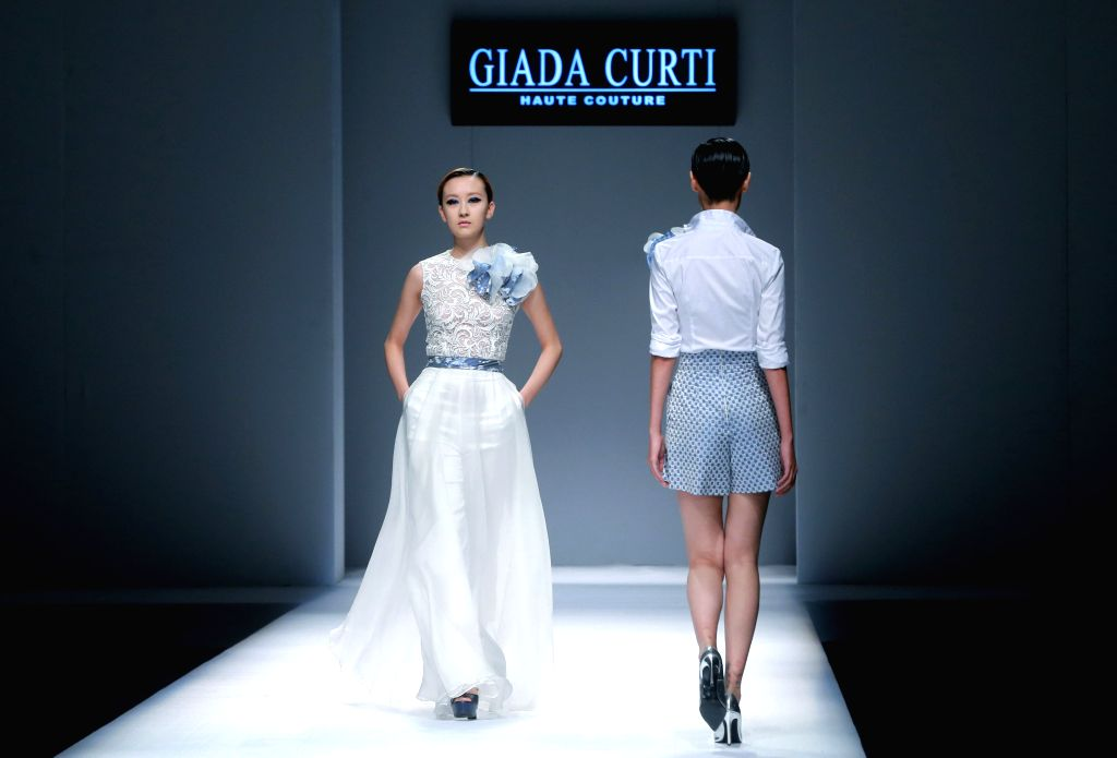 Models present creations of Giada Curti designed by Giada Belfiore during the China Fashion Week in Beijing, capital of China, Oct. 27, 2015.    (Xinhua/Chen ...