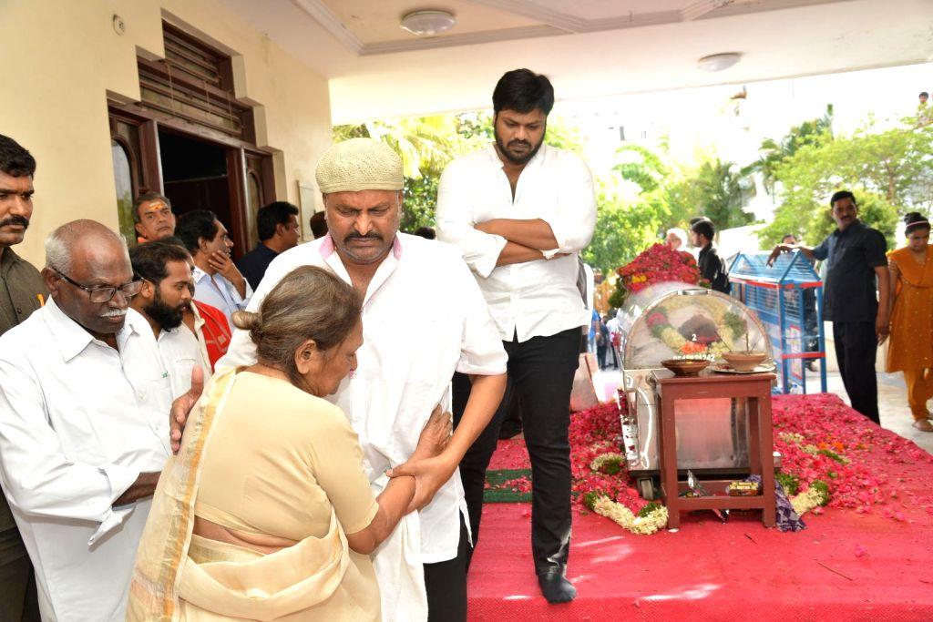 Mohan Babu, Manchu Manoj pays last respect to Dasari Narayana Rao at his residence. - Dasari Narayana Rao