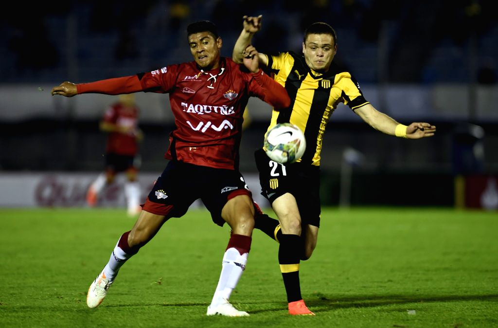 Jonathan Rodriguez (R) of Uruguay's Penarol vies for the ball with David Diaz (L) of Bolivia's Wilstermann during a match of the South American Cup in ...