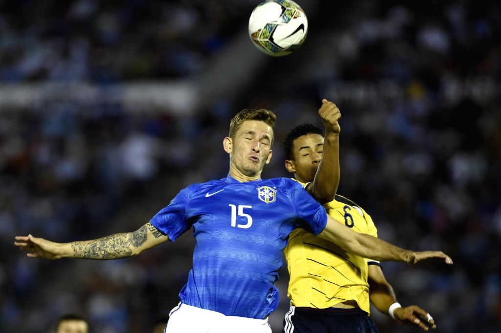 Brazil's Leo Pereira (L) vies the ball with Colombia's Andres Tello during their final phase match of the South American U-20 tournament at the Centenario Stadium