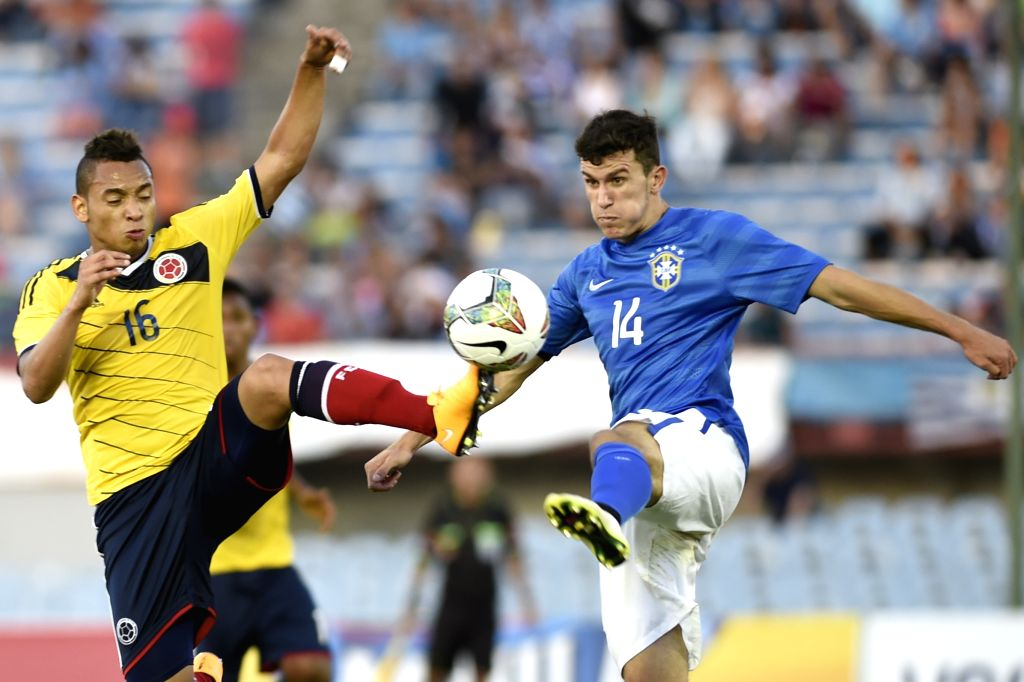 Brazil's Nathan (R) vies the ball with Colombia's Jarlan Barrera during their final phase match of the South American U-20 tournament at the Centenario Stadium in