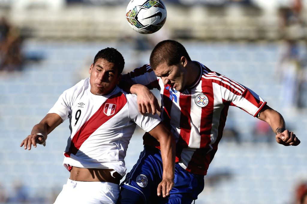 Paraguay's Marcos Gonzalez (R) vies with Peru's Alexander Succar during a match of the South American U-20 tournament at the Centenario Stadium in Montevideo, ...