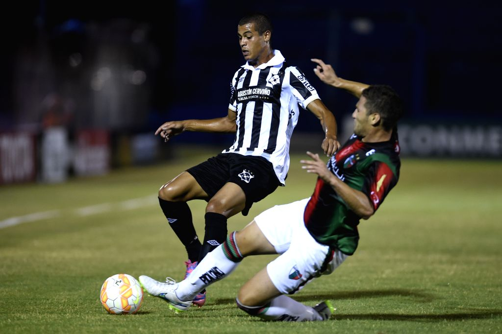 Wanderers's Alex Silva (L) of Uruguay vies for the ball with Palestino's German Lanaro Of Chile during the match of Copa Libertadores in the Gran Parque Central ...