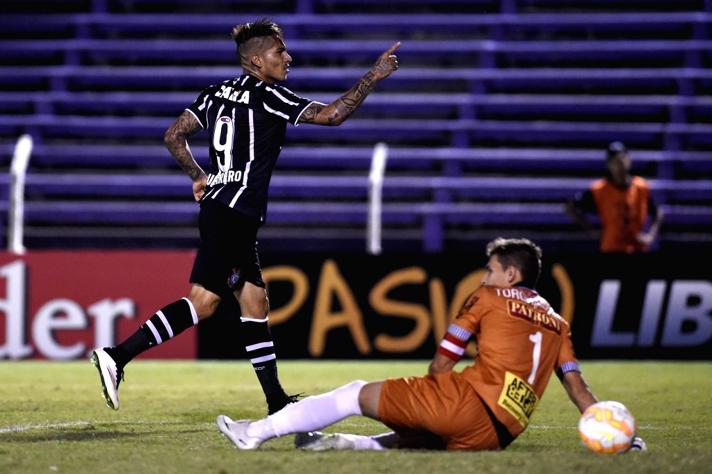 Paolo Guerrero (L) of Brazil's Corinthians celebrates scoring during the Group 2 match of Copa Libertadores 2015 against Uruguay's Danubio, at Luis Franzini ...
