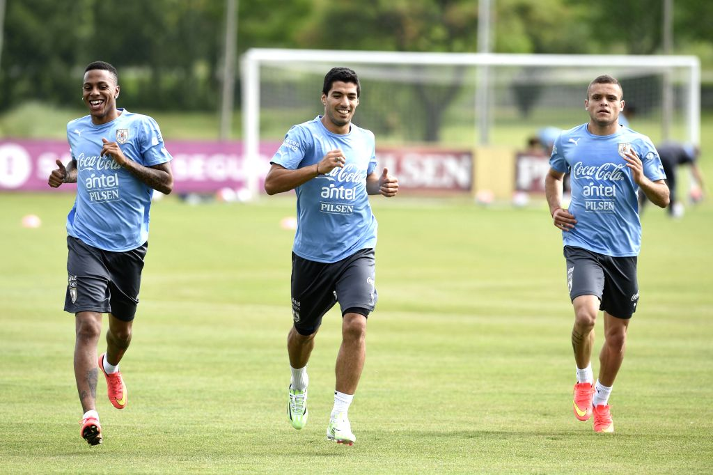 Montevideo (Uruguay): Abel Hernandez (L), Luis Suarez(C) and Jonathan Rodriguez of Uruguay's national soccer team, take part in a training session at the Uruguay Celeste complex in Montevideo, ...