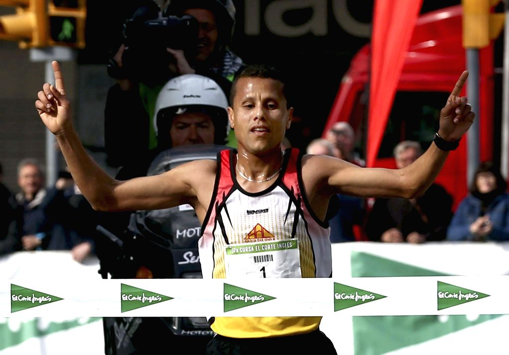 Moroccan Mohamed Benhbarka crosses the finishing line to win the 37th Cursa El Corte Ingles race in Barcelona, northeastern Spain, 12 April 2015. Some 81,014 participants ran the 10.766 km route, ...