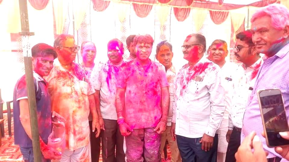 MoS Kailash Chaudhary played Holi with his relatives and friends - Kailash Chaudhary
