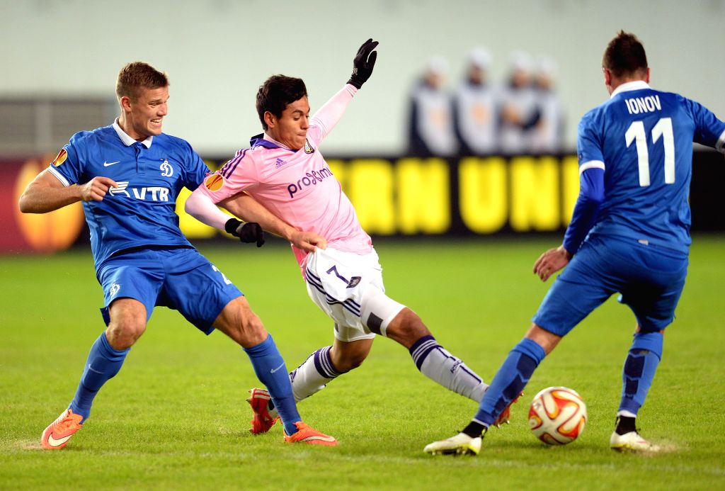 Andy Najar of Anderlecht (C) vies with Igor Denisov (L) and Aleksei Ionov of Dinamo during the UEFA Europa League round of 32 second leg match between Russia's ...