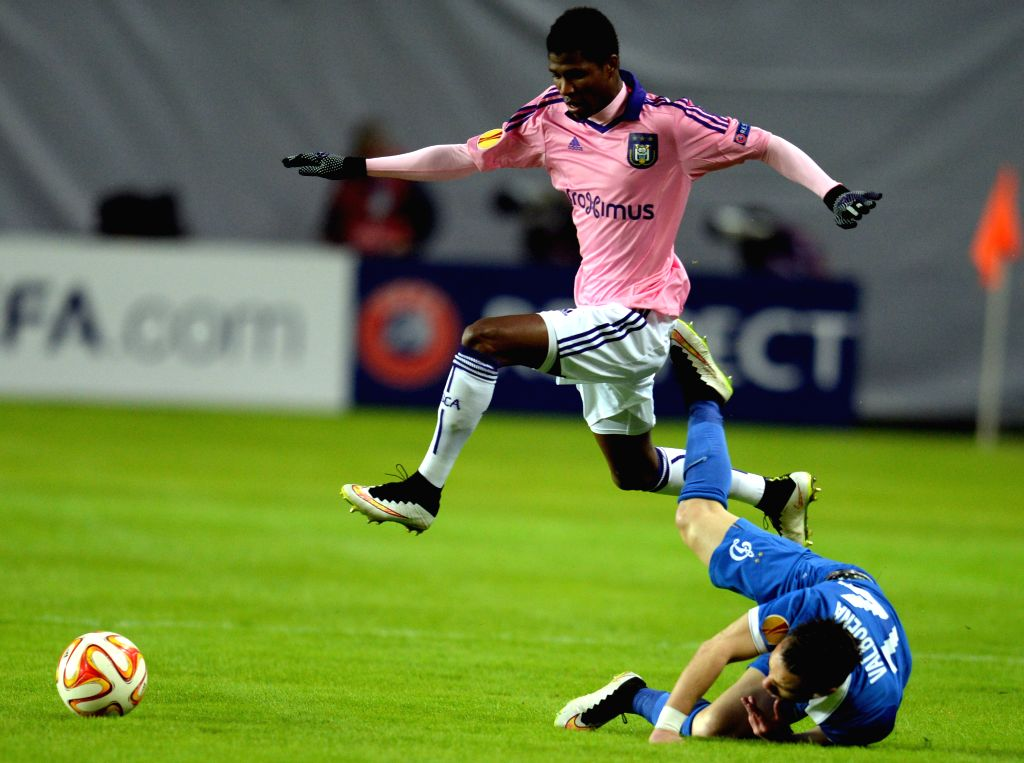 Ibrahima Conte of Anderlecht (Top) vies with Mathieu Valbuena of Dinamo during the UEFA Europa League round of 32 second leg match between Russia's Dinamo Moscow and ...