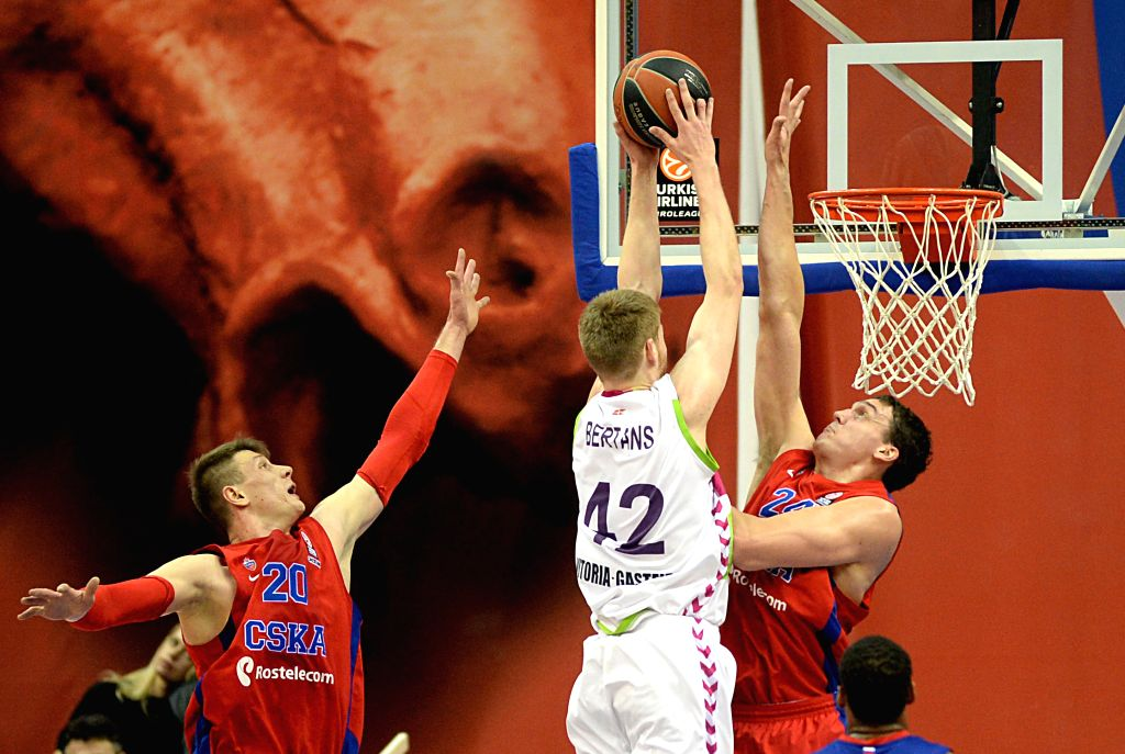 David Bertrans (C) of Spain's Laboral Kutxa Vitoria scores during the Basketball Euroleague against Russia's CSKA Moscow in Moscow, Russia, on Jan. 8, 2015. CSKA ...