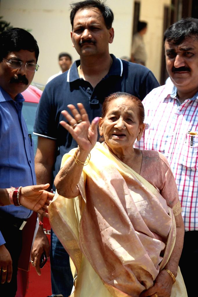Mother of Ranjit Singh Kohli alias Raqibul Hasan Khan, the husband of national champion shooter Tara Shahdeo being taken to be produced at Dwarka Court in New Delhi on Aug 27, 2014.The shooter has ... - Ranjit Singh Kohli and Raqibul Hasan Khan