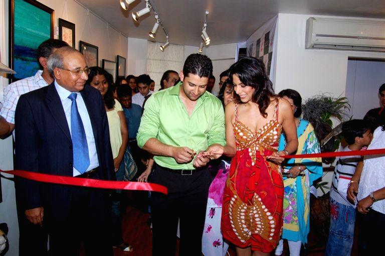 Mr. S. Hajara, Aftab Shivdasani and Pooja Bedi cutting Ribbon at Dusk Art Gallery, Pali Hills, Khar (West), Mumbai on April 26, 2009.