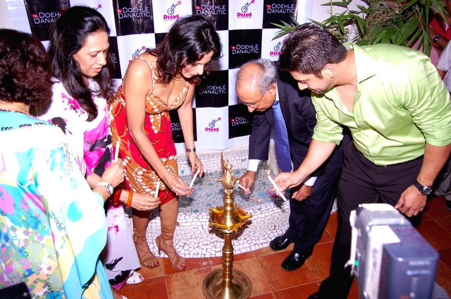Mr. S. Hajara, Aftab Shivdasani and Pooja Bedi Lighting Diya at Dusk Art Gallery, Pali Hills, Khar (West), Mumbai on April 26, 2009.