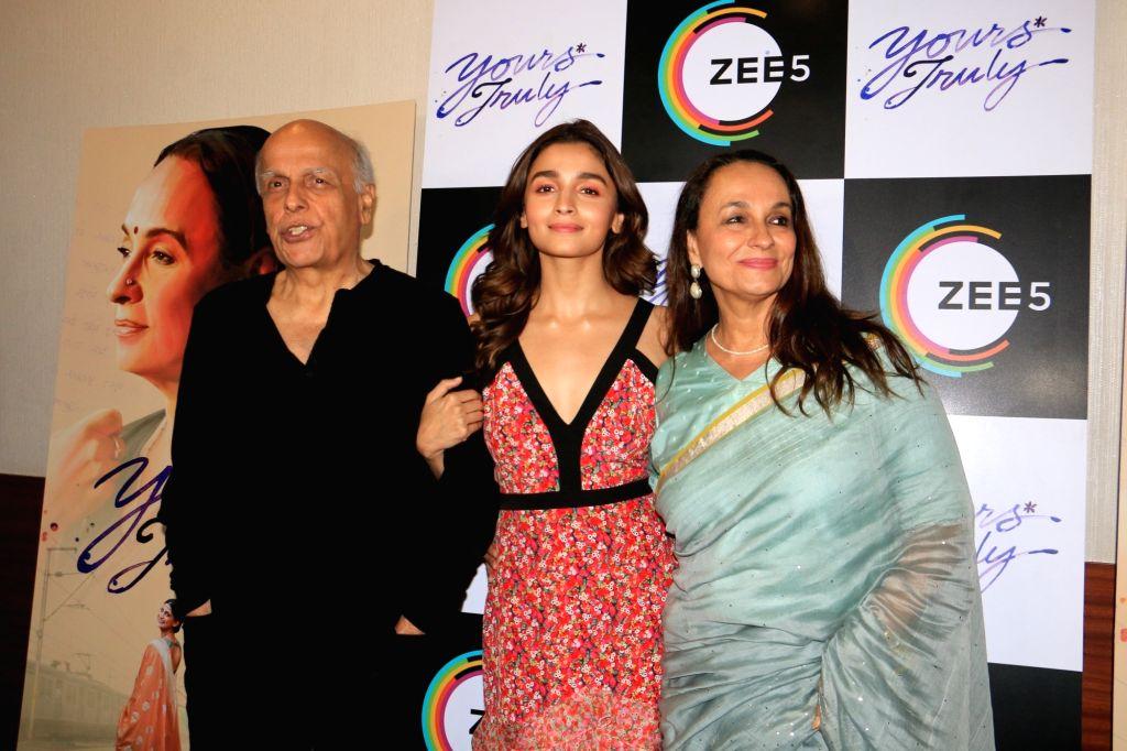 "Mumabai: Actress Alia Bhatt along with mother Soni Razdan and father-director Mahesh Bhatt at the screening of ""Yours Truly"", a ZEE5 Original in Mumbai on April 30, 2019. (Photo: IANS) - Alia Bhatt"