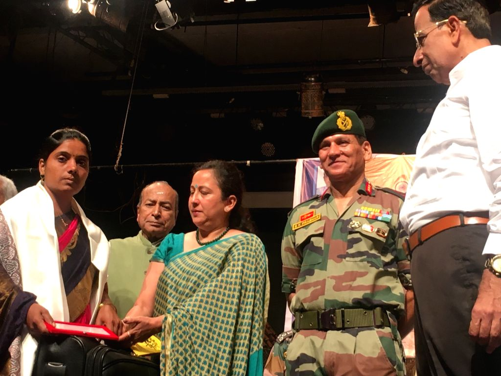 Mumbai: A war widow Jyoti Jagdale being honoured by Lt.Gen. S. K. Prashar, the General Officer Commanding, Maharashtra, Gujarat and Goa; during a programme organised by Shanmukhananda Sabha to felicitate seven war widows and the parents of a martyr S