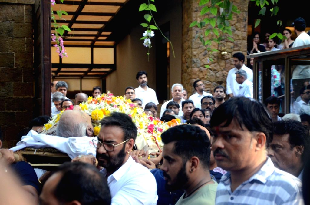 Mumbai: Actor Ajay Devgn carries the mortal remains of his father and Bollywood's veteran action director Veeru Devgan for the last rites in Mumbai on May 27, 2019. (Photo: IANS) - Ajay Devgn
