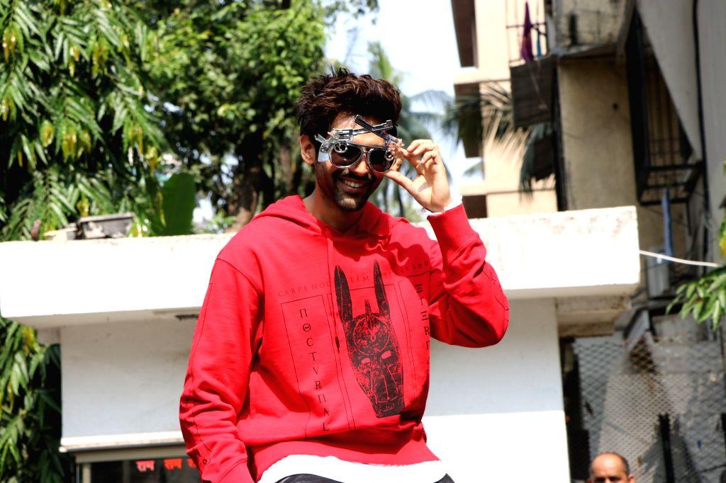 """Mumbai: Actor Kartik Aaryan during the promotions of his upcoming film """"Pati Patni Aur Woh"""" at Mithibai College of Arts in Mumbai on Nov 22, 2019. (Photo: IANS) - Kartik Aaryan"""