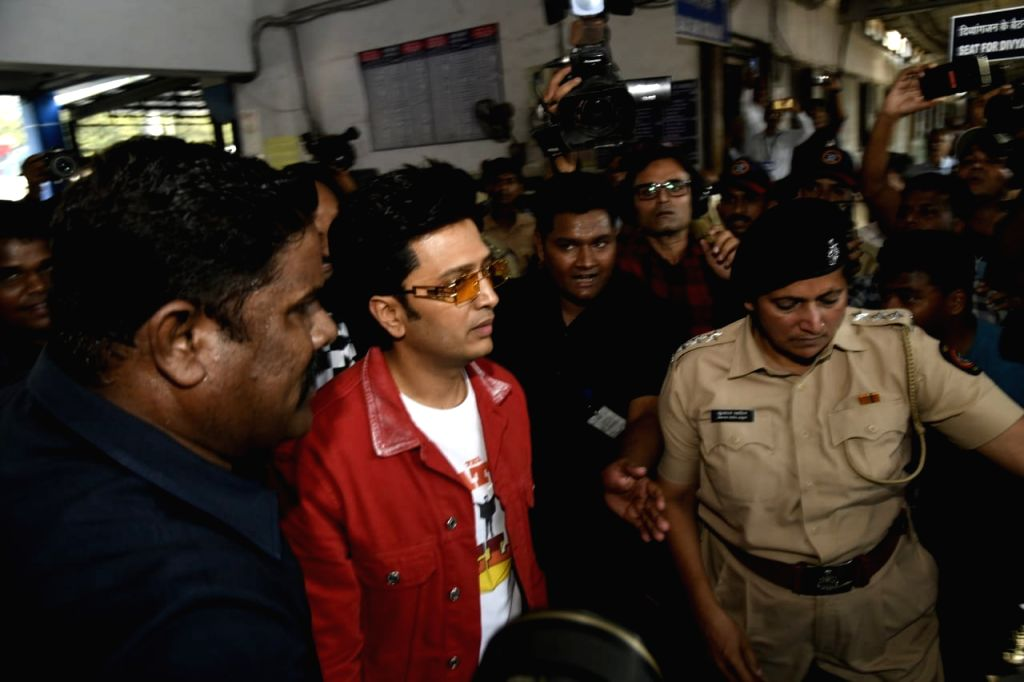 """Mumbai: Actor Riteish Deshmukh arrives at Borivali railway station to travel by a special promotional train from Mumbai to Delhi as part of 'Housefull4Express' rail journey during """"Housefull 4"""" promotions, in Mumbai on Oct 16, 2019. (Photo: IANS) - Riteish Deshmukh"""
