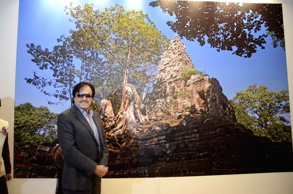 Actor Sanjay Khan at Shiv Sena Chief Uddhav Thackeray`s photography exhibition organised to raise funds for drought affected farmers, in Mumbai, on Jan 6, 2015. - Sanjay Khan